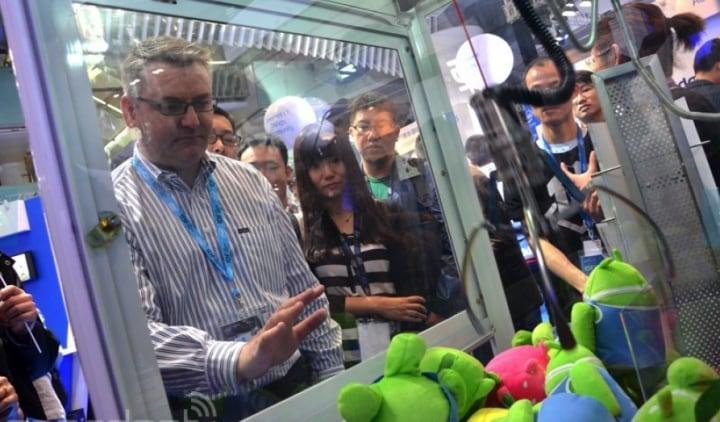 La macchina per pupazzetti del luna park comandata con la gesture (video)