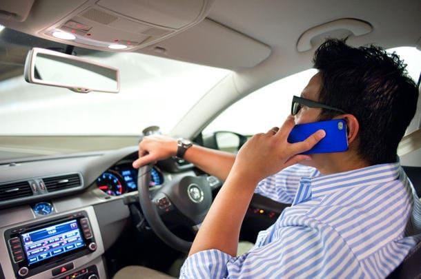 Infastidito da chi parlava al telefono guidando, uomo guida per due anni con un disturbatore di segnale in auto