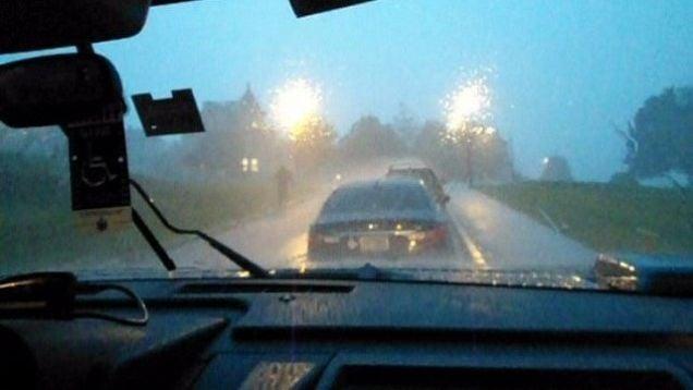 Perché non si dovrebbe usare il Cruise Control sotto la pioggia