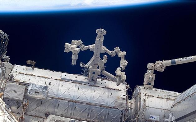 Sulla Stazione Spaziale Internazionale i robot riparano i robot (video)