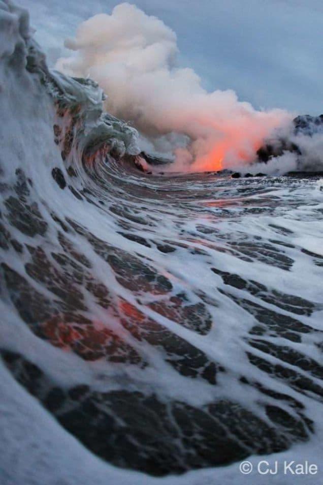 Surfare accanto alla lava che si getta nel mare, per fare foto incredibili