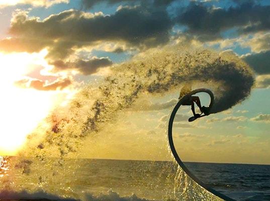 Hoverboard, la tavola da surf a propulsione acquatica (video)