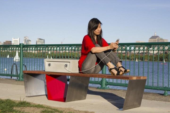 Panchine solari per ricaricare i dispositivi mobili