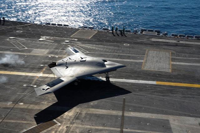 Droni e piloti umani volano per la prima volta fianco a fianco (video)