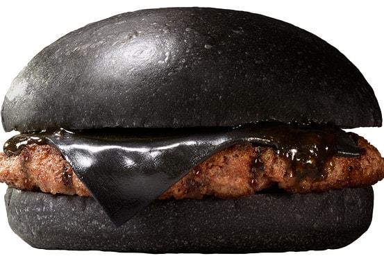 Guardate com'è una hamburger nero, servito da Burger King in Giappone