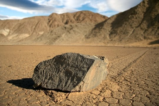 Risolto il mistero delle pietre che si muovono da sole (video)