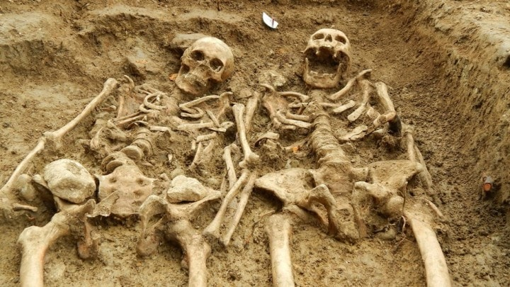 Scoperta una coppia di scheletri innamorati: si sono tenuti la mano per oltre 700 anni (foto)