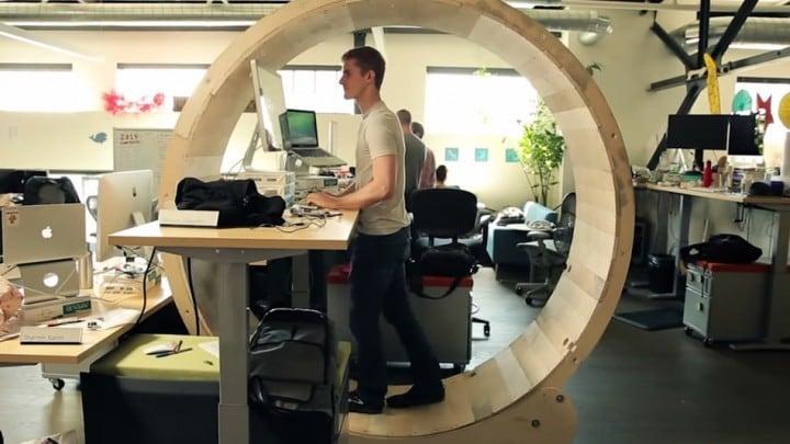 La scrivania che vi tiene in forma trasformandovi in criceti (video)