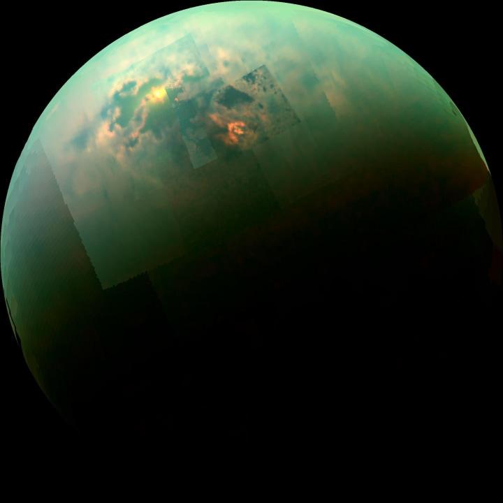 I bellissimi riflessi del Sole sulla luna di Saturno