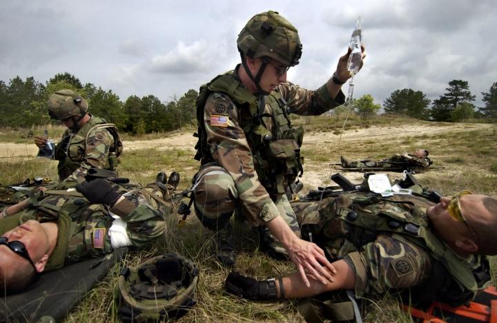 soldati guerra medico idrogel