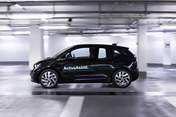 BMW studia l'auto che si parcheggia da sola e si comanda con lo smartwatch