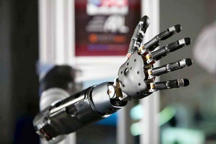 Il braccio robotico del DARPA controllato con il pensiero (video)