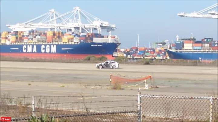 Tesla X, il crossover elettrico spiato durante i test (video)