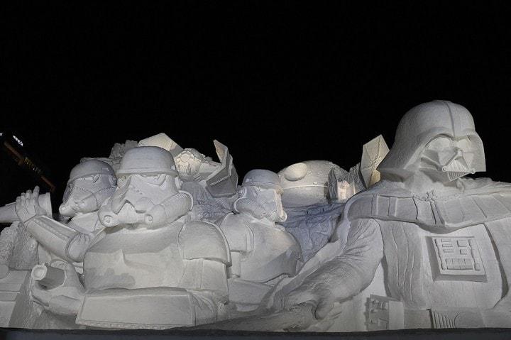 Guardate questo enorme Darth Vader di neve, realizzato dall'esercito giapponese (foto)