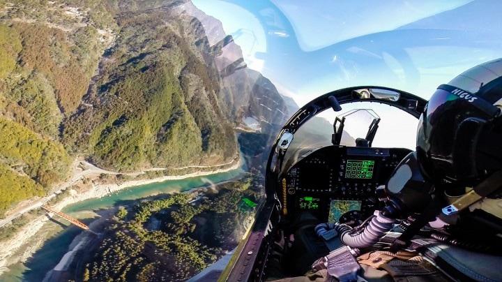 Salite a bordo di un F-18, grazie ai selfie di un ufficiale (foto)