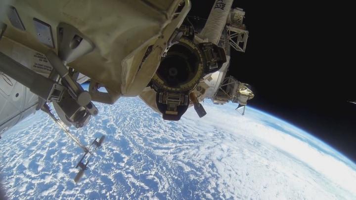Una camminata spaziale ripresa con una GoPro (video)