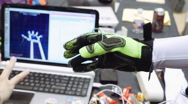 Presto potremo stringere un oggetto virtuale, grazie a questo speciale guanto (video)