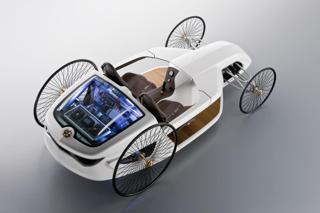 Look contemporaneamente ispirato alla formula uno e alle antiche carrozze, motore ibrido da 1.2kW velocità di punta di soli 24 km/h e autonomia di 350 chilometri. La Mercedes-Benz F-Cell Roadster è probabilmente l'auto più strana che abbiate mai visto.