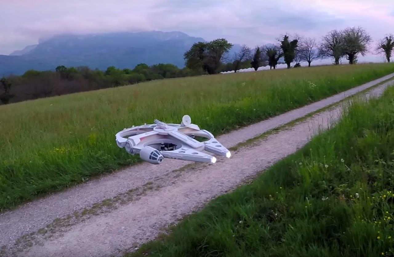 Siamo tutti Han Solo con questo nuovo, splendido drone del Millennium Falcon (video)