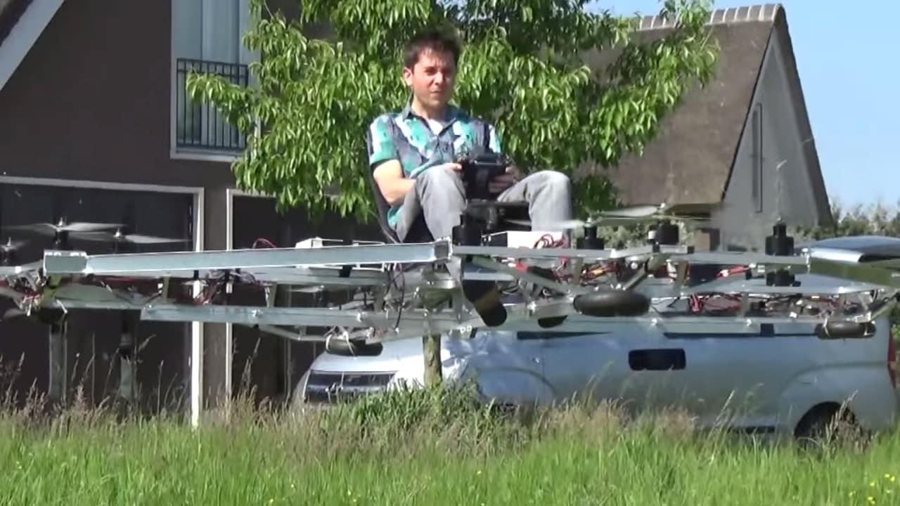 auto volante realizzata con droni