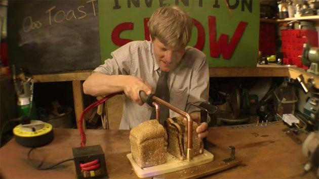 Il coltello che tosta il pane mentre lo taglia (video)