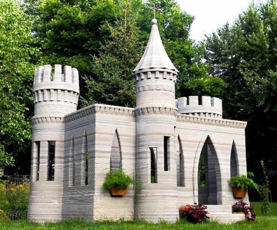 Andrey Rudenko vive in Minnesota, dove ha realizzato il suo sogno: vivere in un castello da favola. Per rendre il sogno realtà ha costruito una stampante 3D in grado di estrudere cemento. Pezzo dopo pezzo Rudenko ha assemblato la struttura ornamentale che occupa ben 50 metri quadri di superficie.