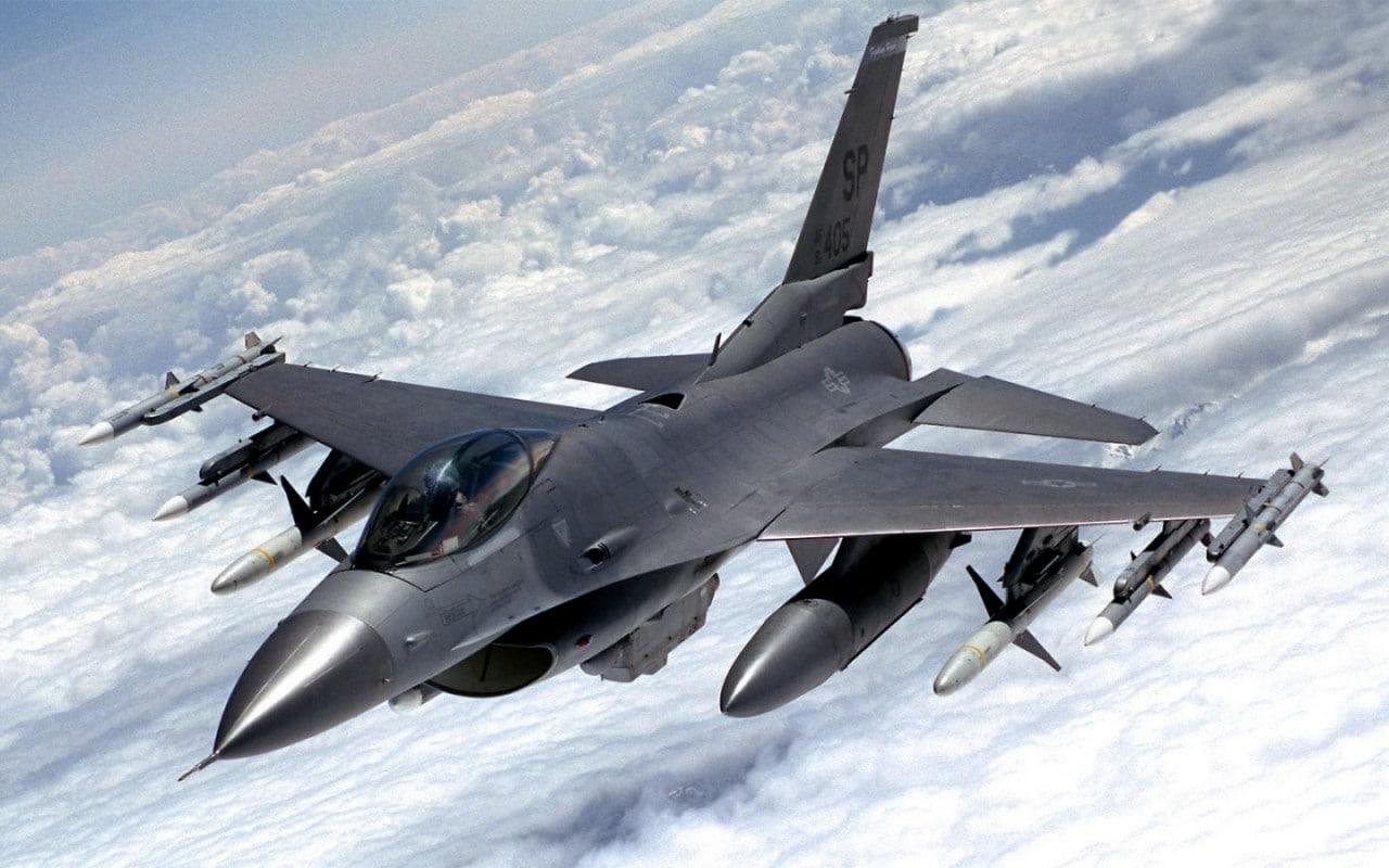Drone militare contro F-16: qual è il futuro dell'aviazione? (video)