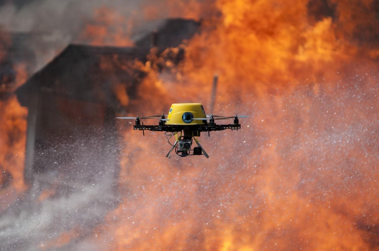 Un gruppo di droni rallenta le operazioni di soccorso per un incendio