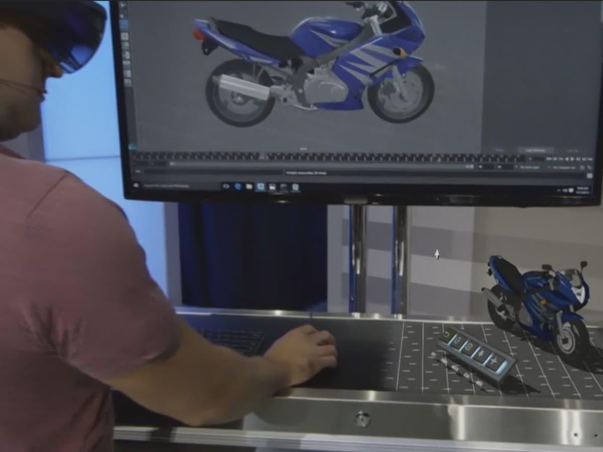 Microsoft HoloLens cambia carrozzeria ad una moto reale con un clic! (video)