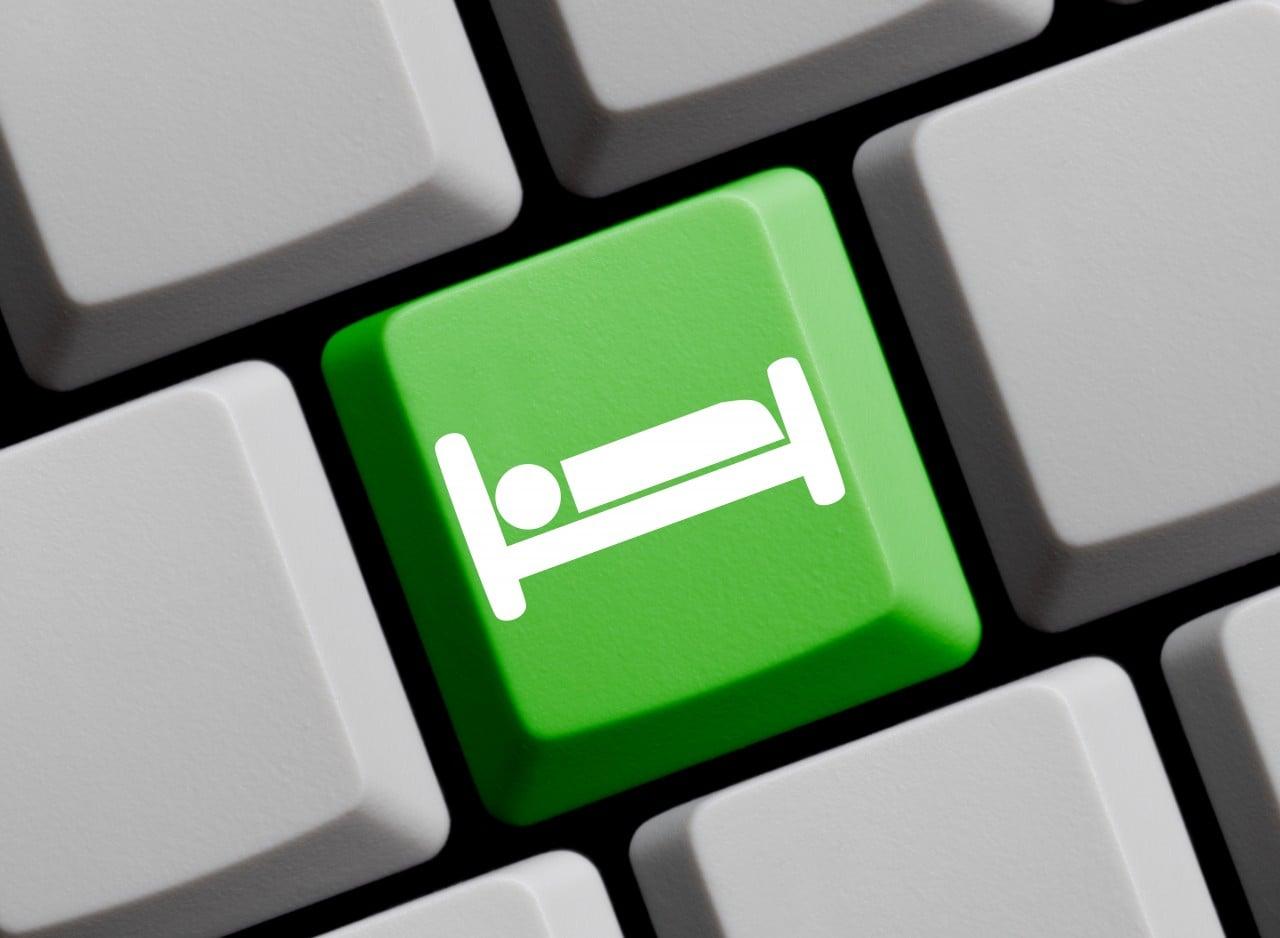 Bettsymbol auf Tastatur - Hotels online buchen