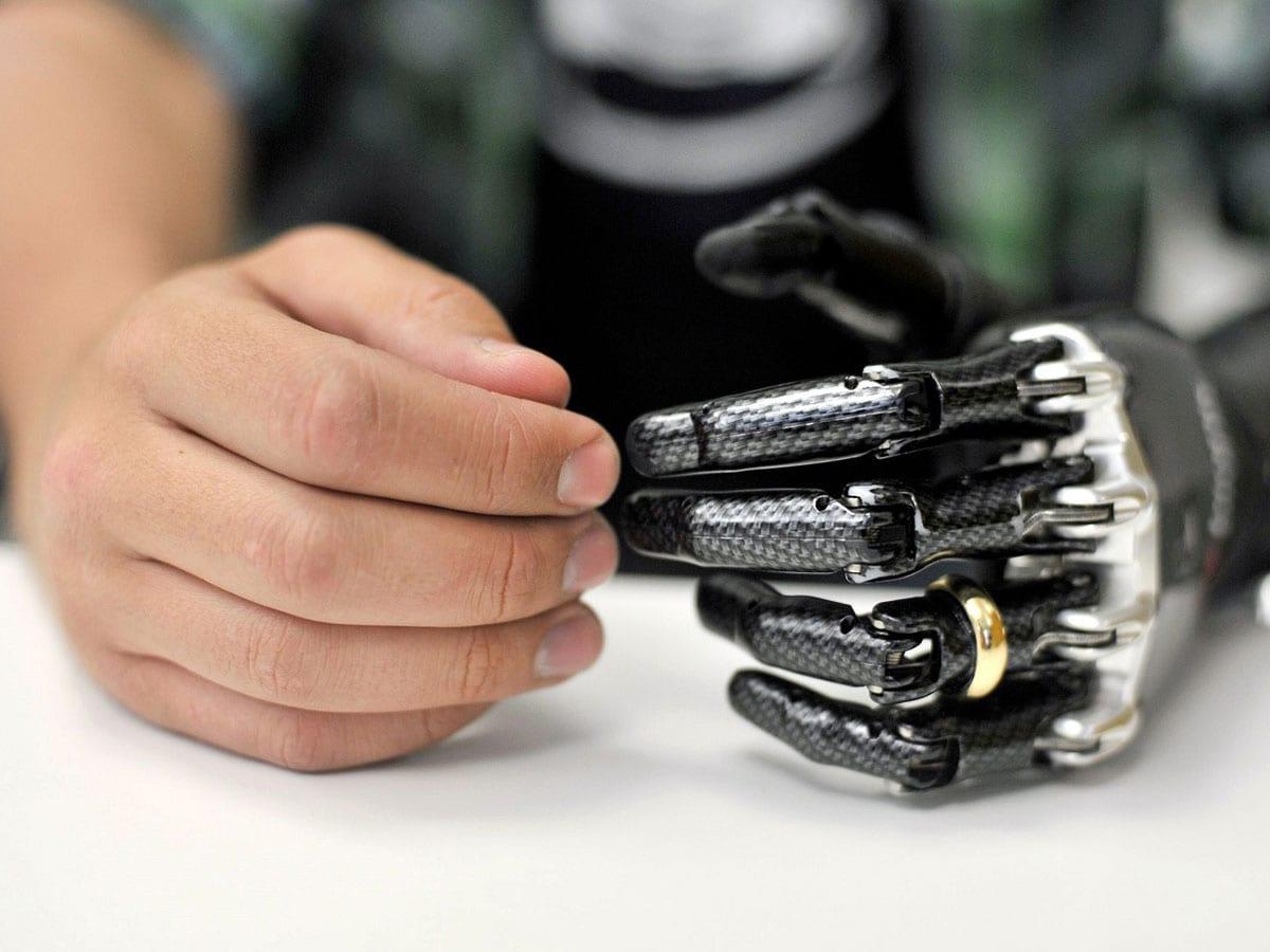 La mano bionica che vedete nella foto è realizzata da 337 diverse parti meccaniche, con 14 punti di presa. È stata realizzata dalla BeBionic e viene utilizzata dalla 29enne londinese Nicky Ashwell che, nata senza una mano, è stata in grado di andare in bici per la prima volta.