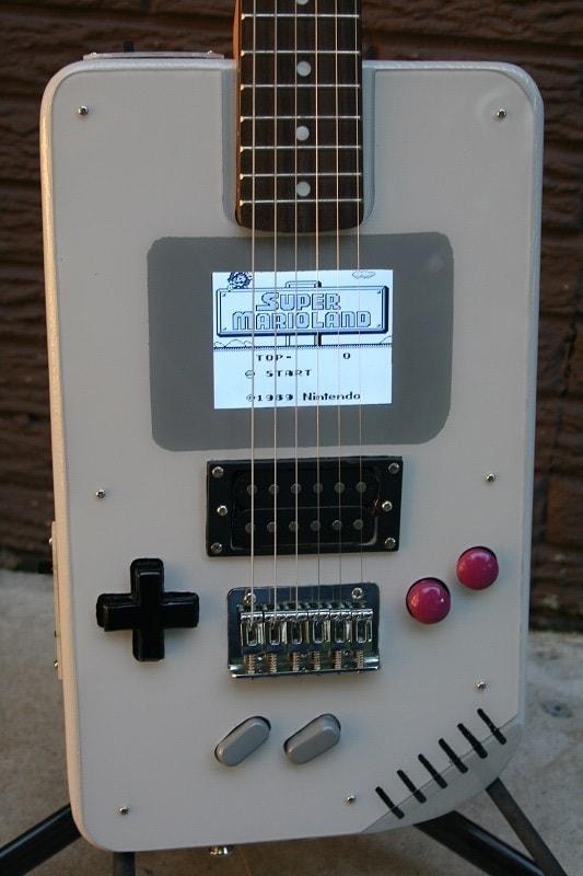 Una chitarra sulla quale suonare o giocare a Super Mario: ecco la Guitar Boy (foto e video)