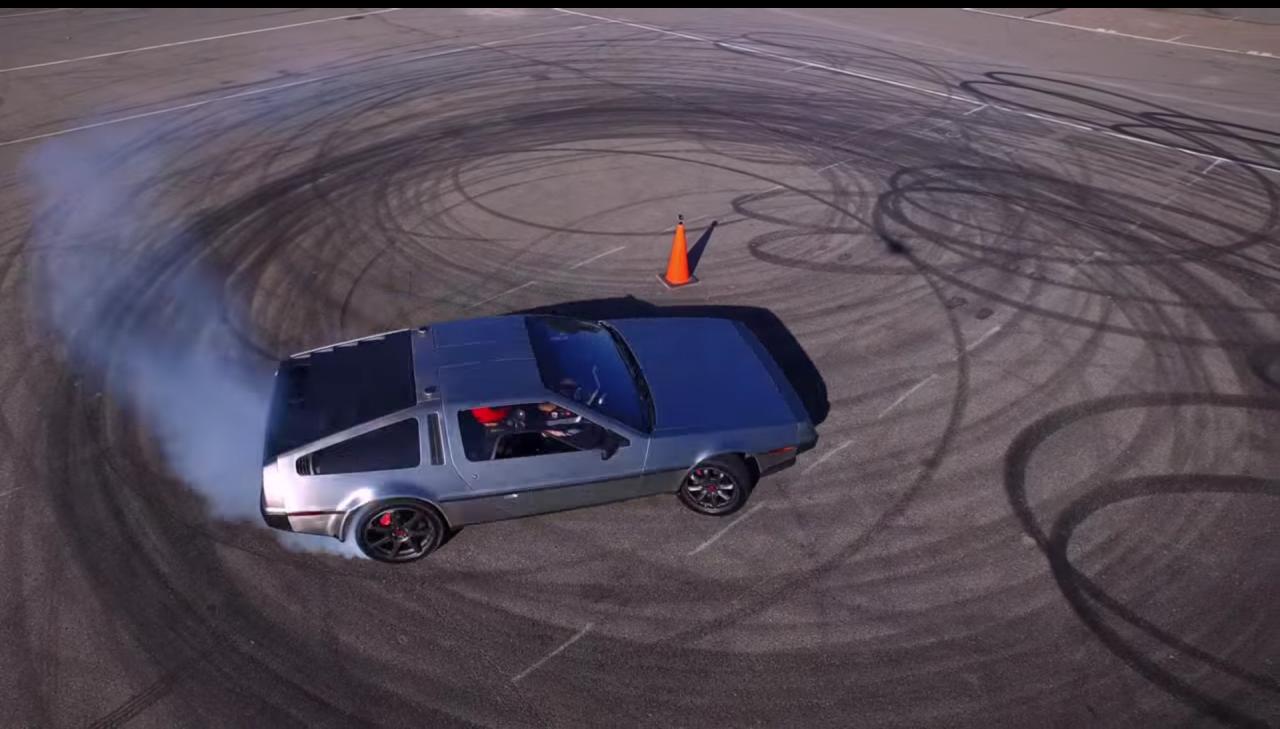 La DeLorean degna del futuro è a derapata automatica (video)