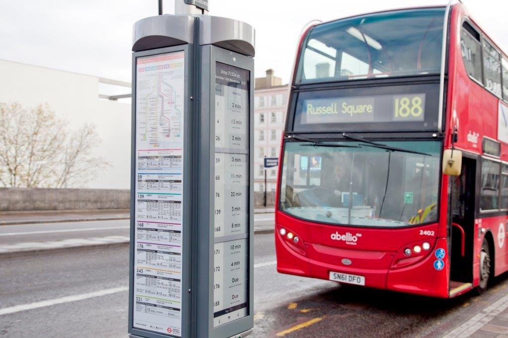 La modernità di Londra passa anche dai cartelli e-paper per le fermate del bus