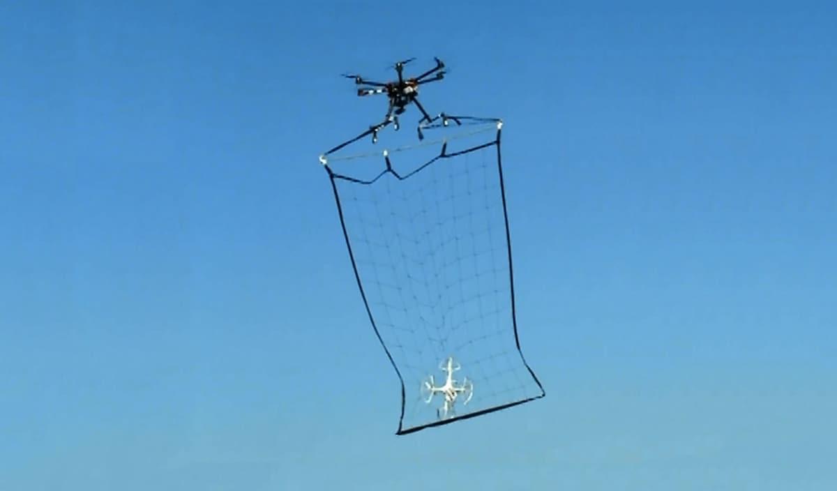 Un drone supereroe armato di rete si aggira nei cieli di Tokyo...