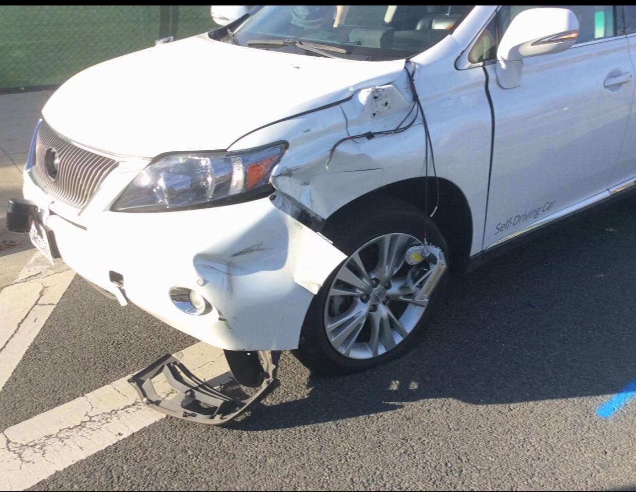 Un video vi porta sulla scena dell'incidente causato dalla self-driving di Google (video)