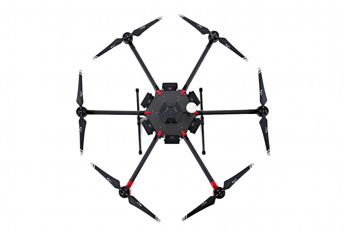 DJI presenta il suo drone più potente: alza 6 kg e vola per 35 minuti (video)