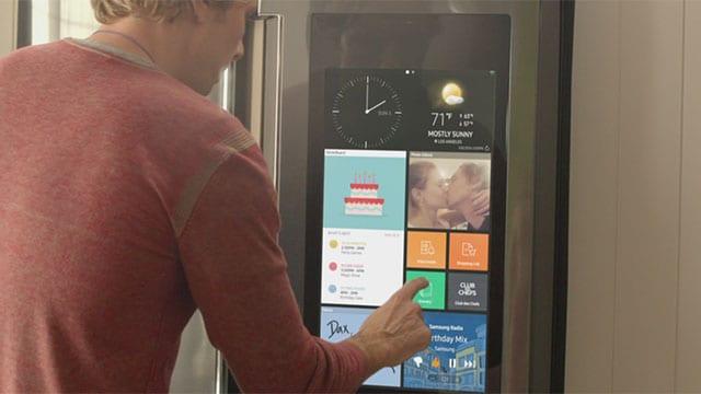 La famiglia smart di Samsung si riunisce intorno al frigo Family Hub (video)