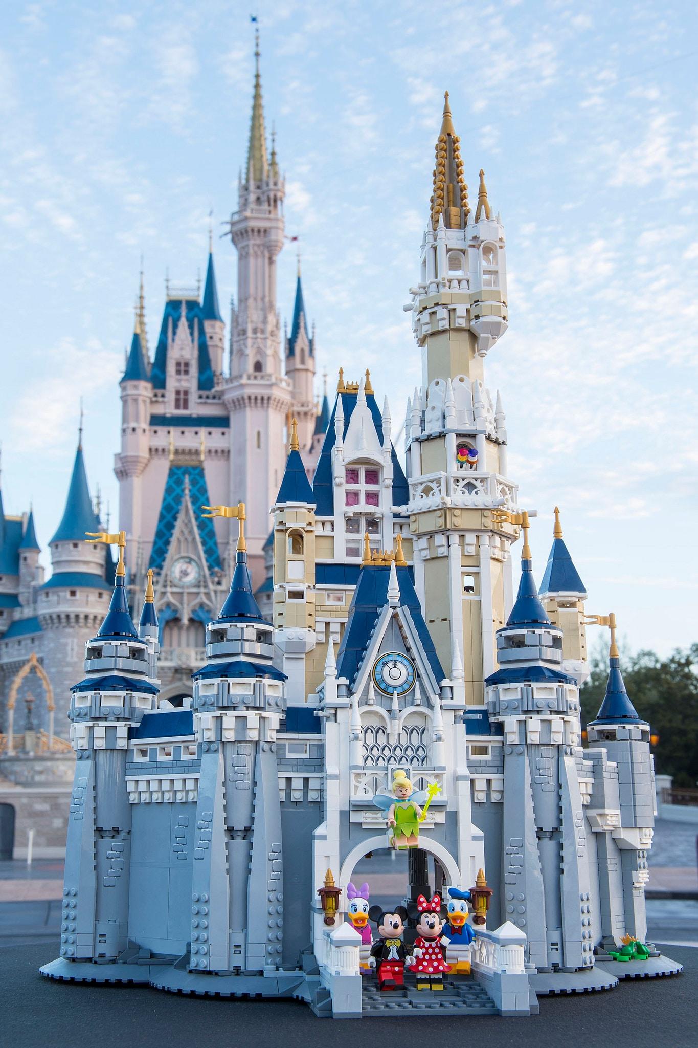 LEGO 71040 The Disney Castle vs reale – 1