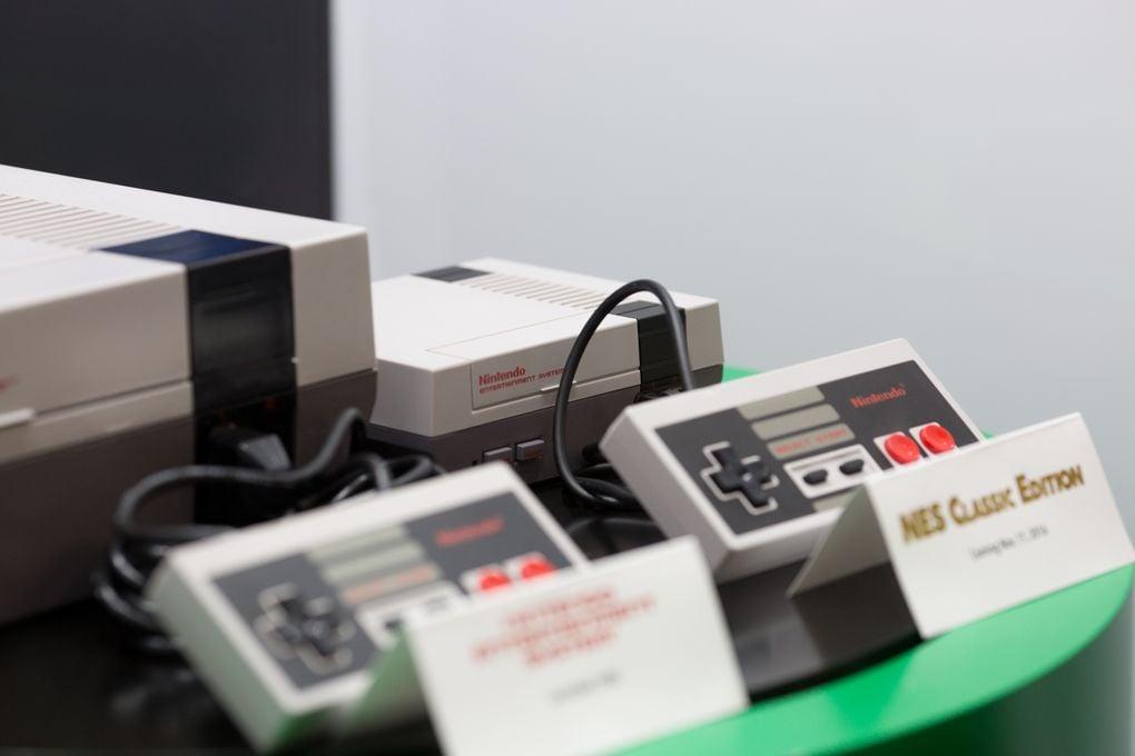 """Foto dal vivo e uno spot """"back to the '80"""" per il nuovo Mini NES di Nintendo"""