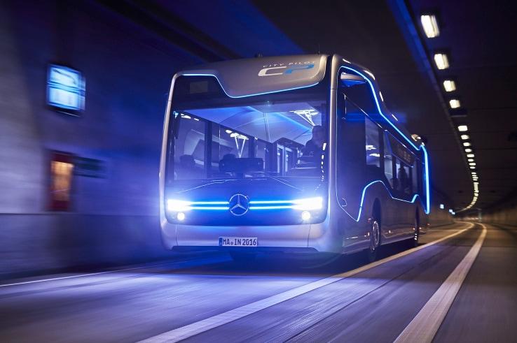 Il bus a guida autonoma Mercedes fa la sua prima corsa (video)