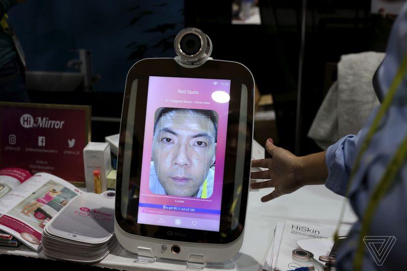 Questo specchio smart vi conta i brufoli per aiutarvi a truccare
