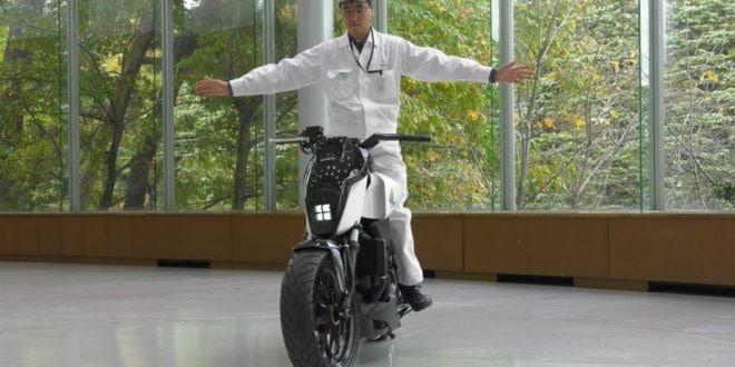 Honda ha sviluppato una moto che si tiene in equilibrio da sola (foto e video)