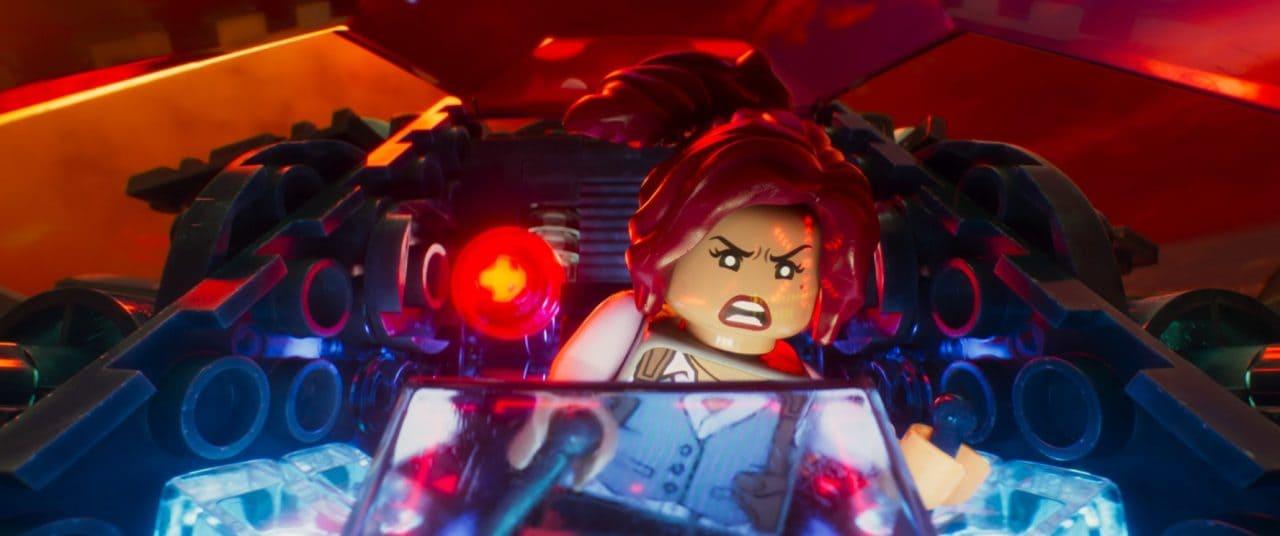 Il personaggio di Barbara Gordon è doppiato da Geppi Cucciari, una scelta con cui proprio non riusciamo a trovarci d'accordo.