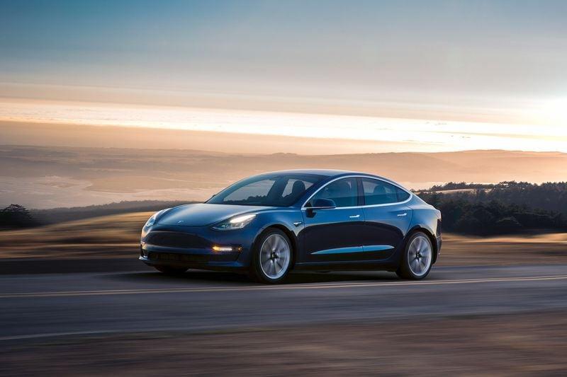 Tesla sta aggiornando la dotazione hardware delle proprie auto: paura per la guida autonoma?