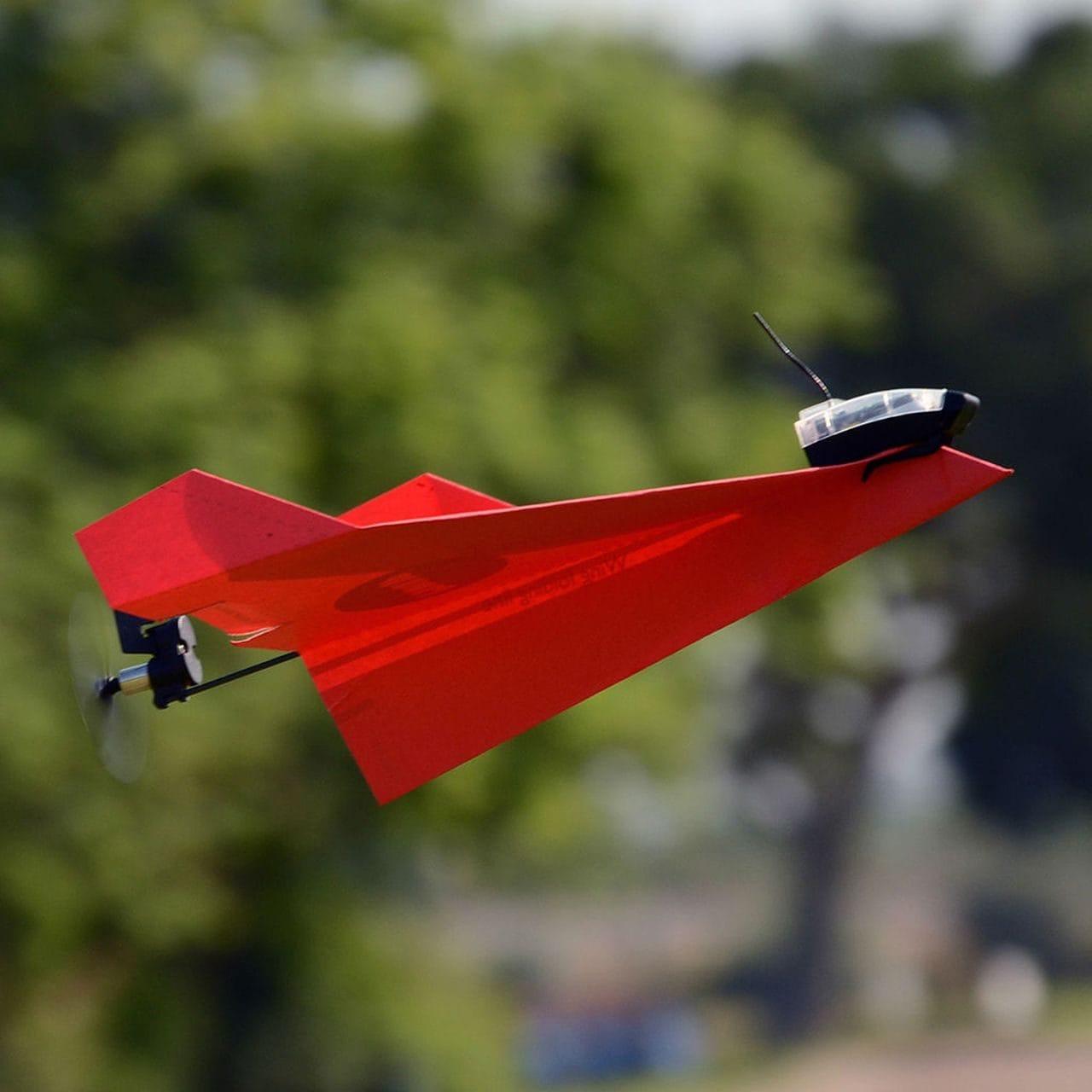PowerUp Dart è un aeroplanino di carta, controllabile da smartphone, che fa le acrobazie! (foto e video)