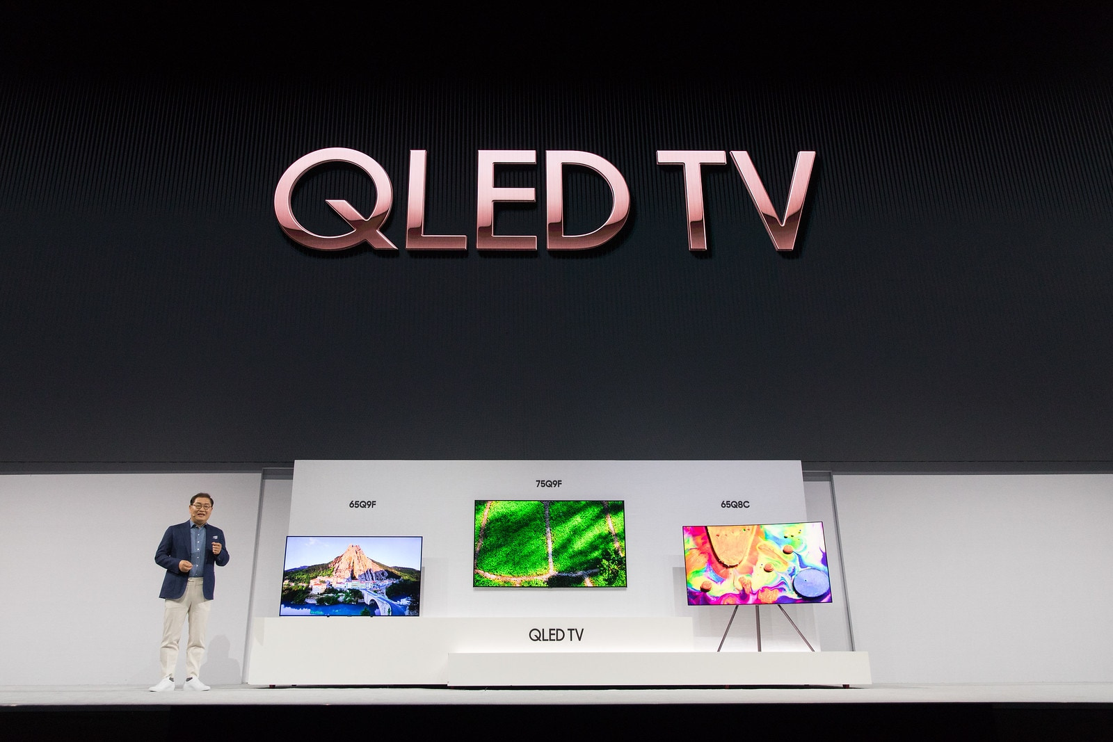 Jonghee-Han-President-of-Visual-Display-Business-at-Samsung-Electronics-introducing-the-new-2018-QLED-TVs1