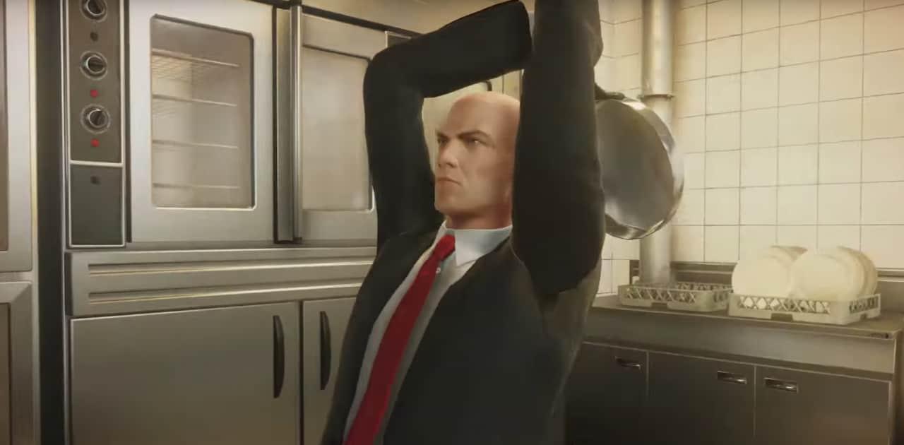 Padelle, noci di cocco e pesci: tutte le armi di Hitman 2 nel nuovo trailer gameplay (video)