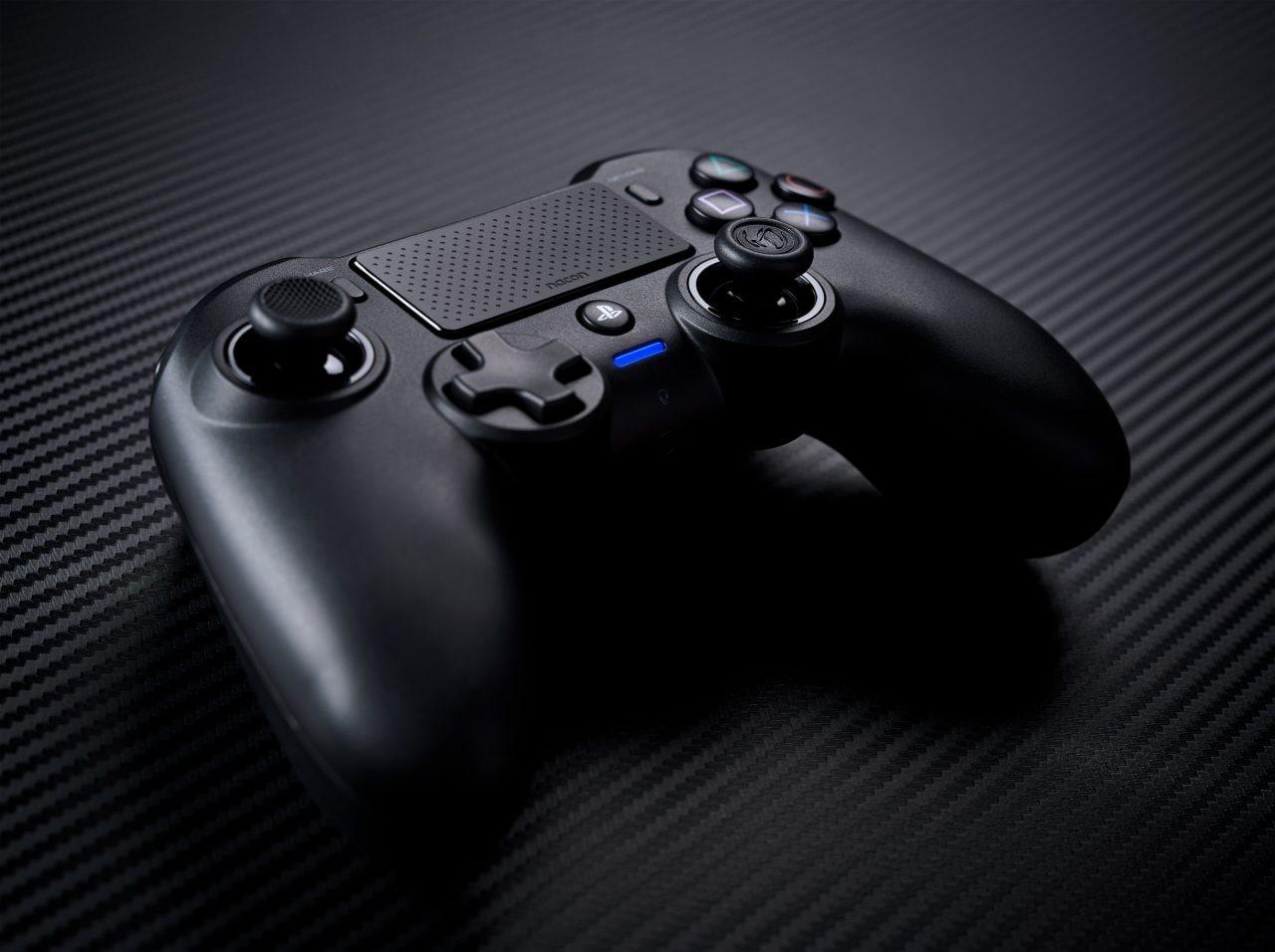 Nacon Asymmetric Wireless Controller: il gamepad PS4 che somiglia a quello Xbox (foto)