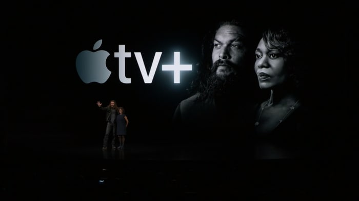 Jason Momoa e Alfre Woodard sul palco durante la presentazione di Apple TV Plus